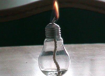Лампа с фитилем из перегоревшей лампочки накаливания