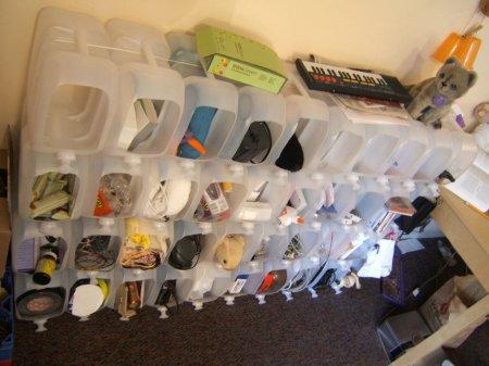 Шкаф из пластиковых канистр